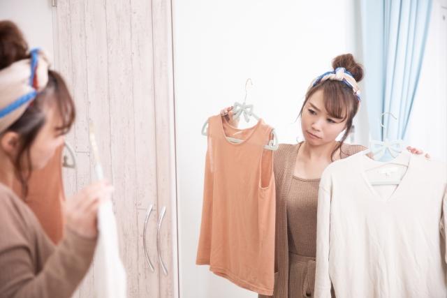 服選びで悩む女性