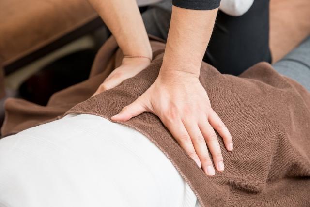 骨盤矯正の施術を受ける女性